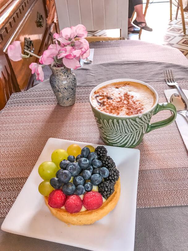 Latte and a fruit tart in La Vie En Rose restaurant, Guanajuato